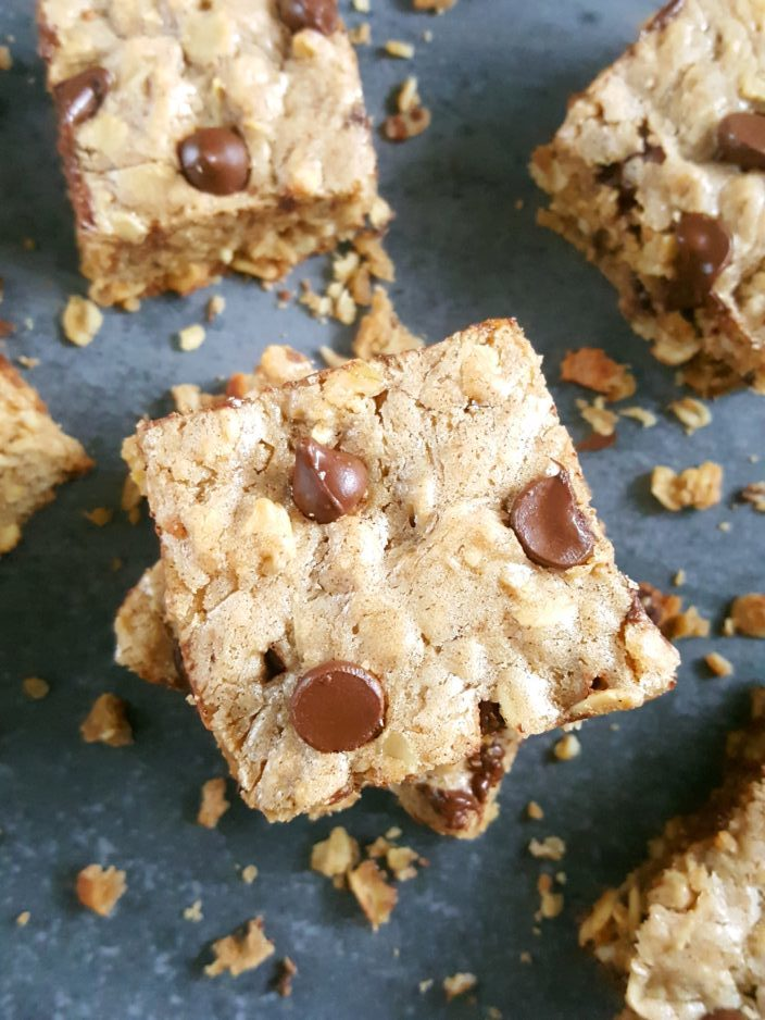 Chewy Oatmeal Chocolate Chip Cookie Bars - These chewy brown sugar oatmeal chocolate chip bars are so easy to make and perfect for dessert or snack! | Beat Bake Eat