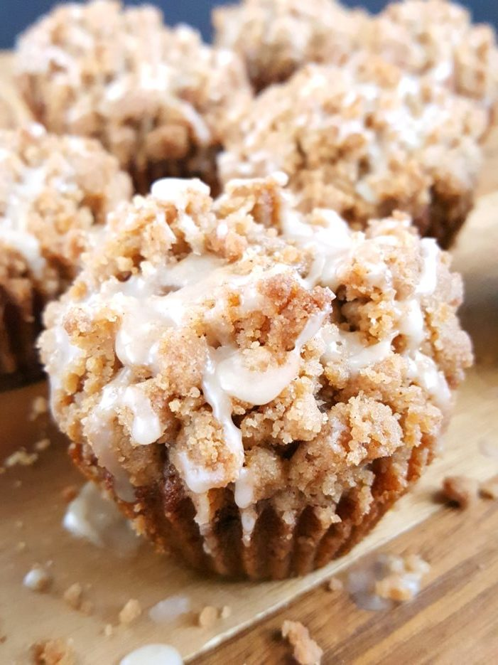 Coffee Cake Banana Bread Muffins - Moist banana muffins with a buttery crumb topping spiced with the perfect amount of cinnamon and drizzled with a creamy vanilla glaze. Another great recipe for using up those overripe bananas. | Beat Bake Eat