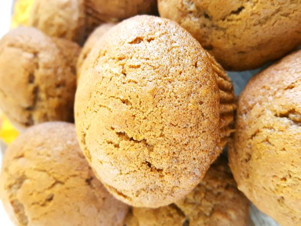 Brown Sugar Pumpkin Muffins - How to make moist brown sugar pumpkin muffins from scratch. Easy recipe, ready in 30 minutes, & perfect for breakfast!   Beat Bake Eat
